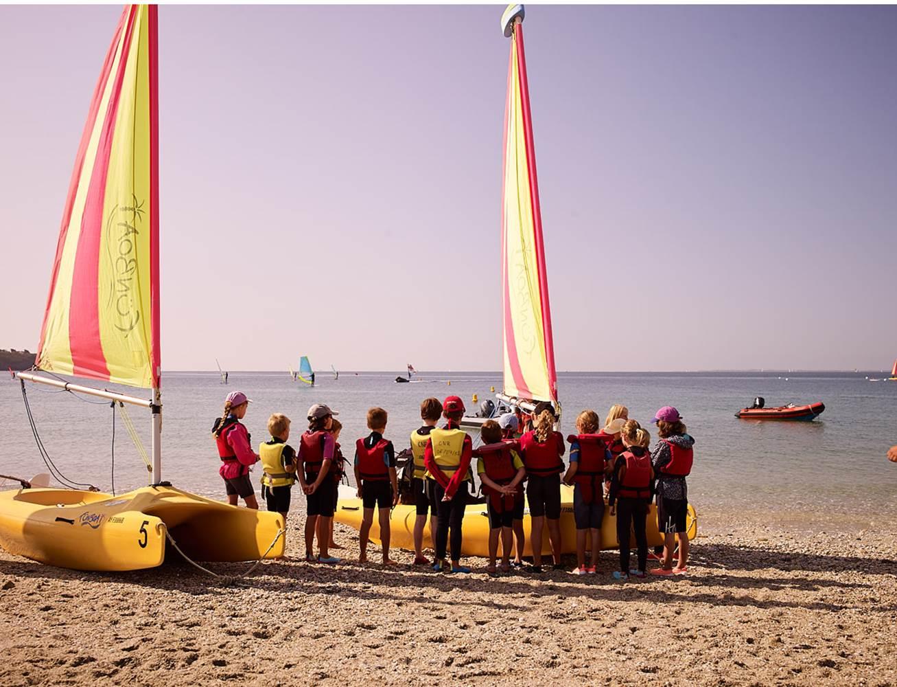 Club Nautique du Rohu - Briefing sur la plage avant le départ sur l'eau en Funboat © Club Nautique du Rohu