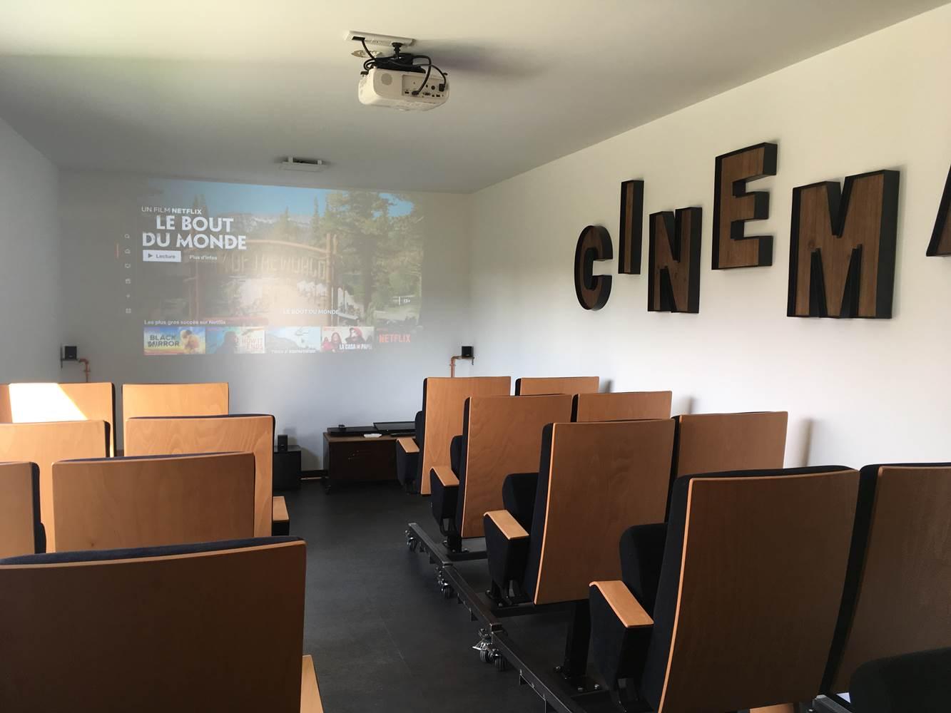 villa charles & ashton salle cinéma ps4 netflix ©