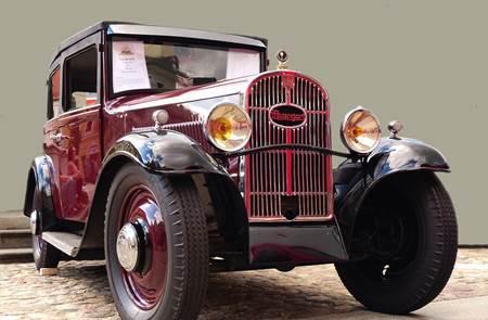 Défilé et rassemblement de voitures anciennes Rosengart