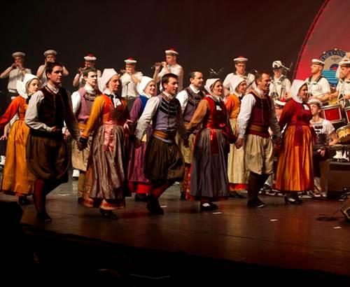 Bagad de Lann Bihoué - Lorient cercle danseur du Croisty © Marine Nationale